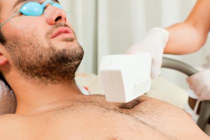 Mann im Kosmetikstudio erhält Enthaarung